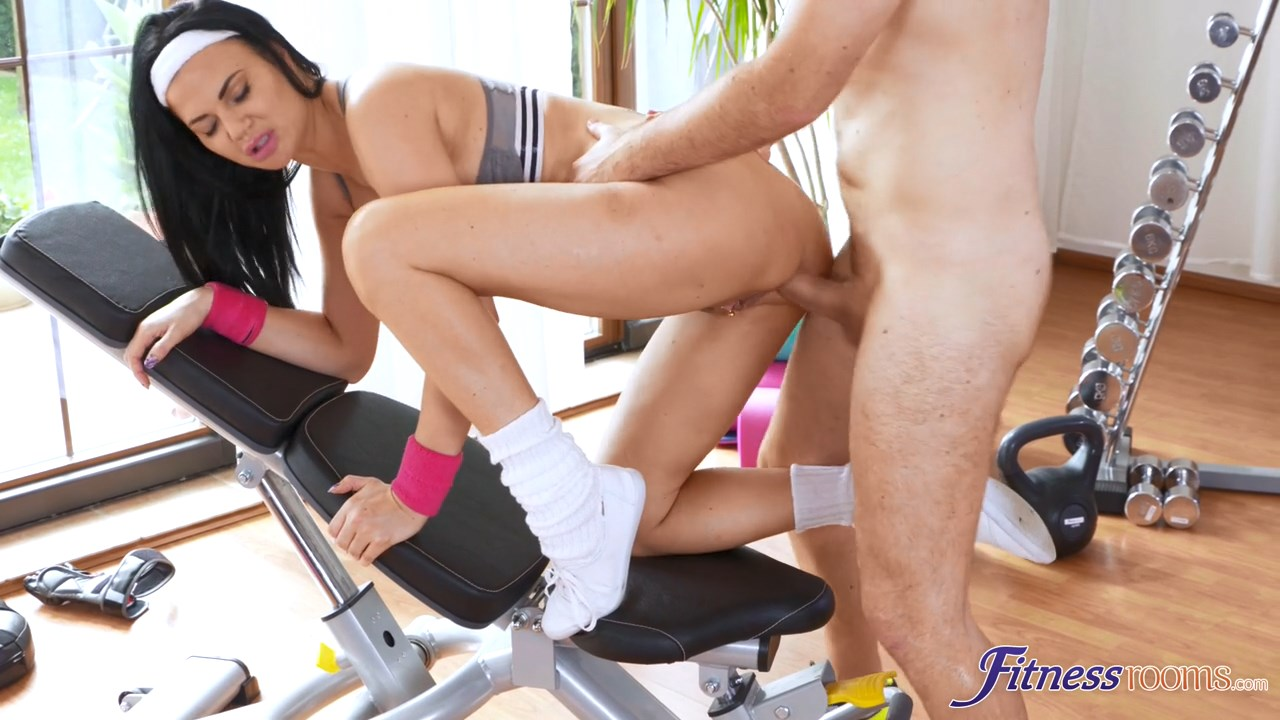 Milf anal workout in the gym